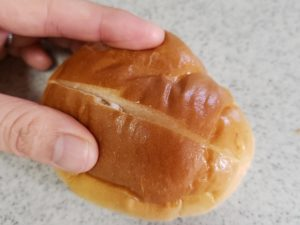 貝印の関孫六キッチンバサミで切った後のロールパン