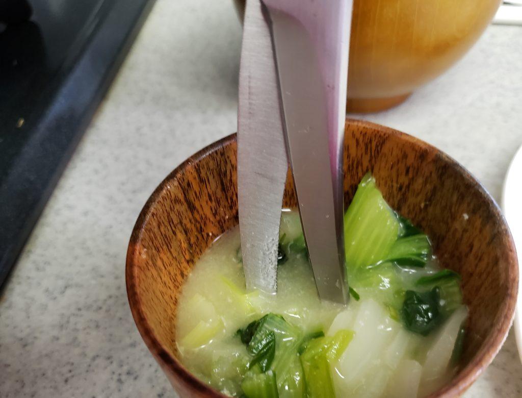 貝印の関孫六キッチンバサミで離乳食を刻む