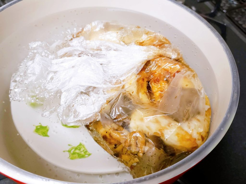ポリ袋レシピ、湯煎編調理中